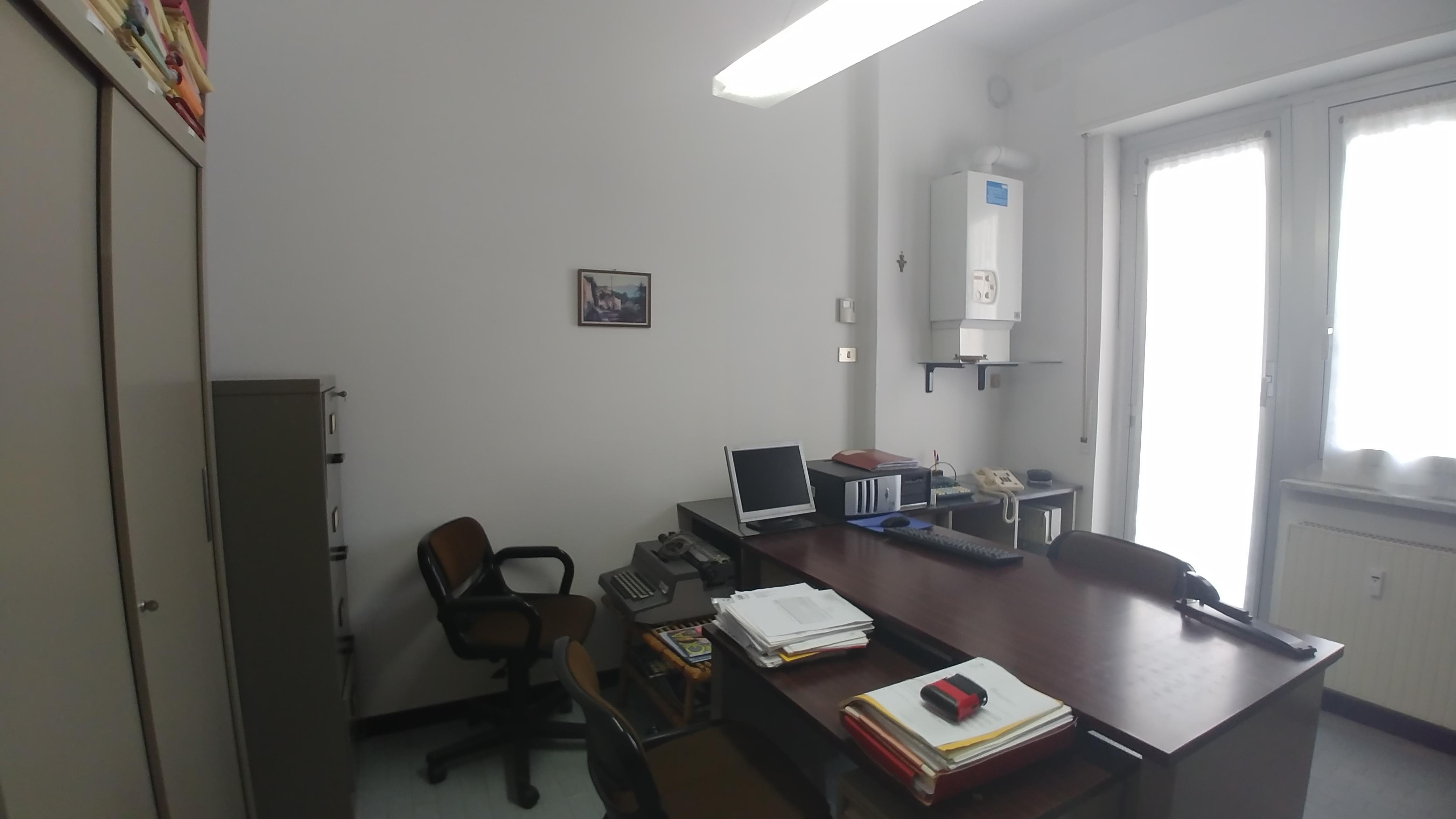 stanza arredata uso ufficio bolzaneto
