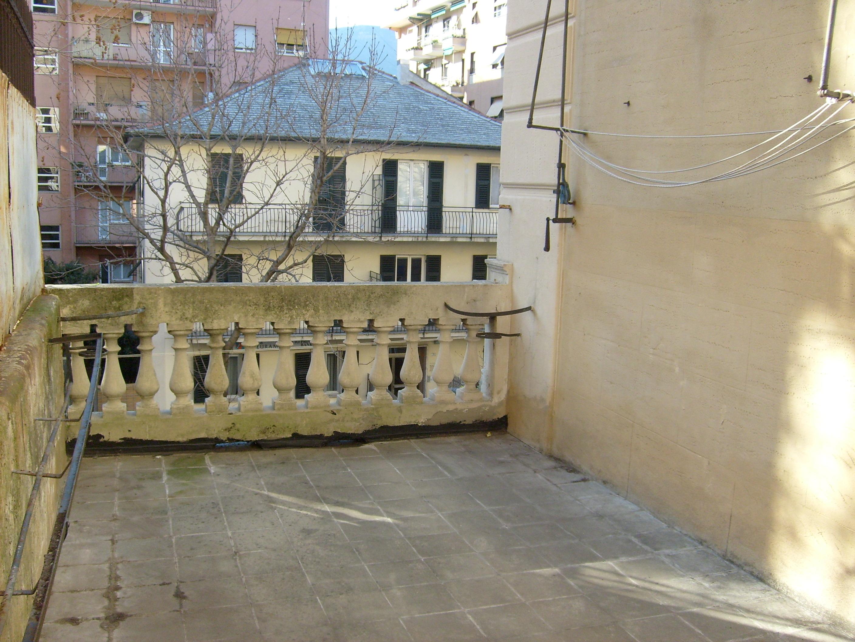 appartamento con terrazzo via bolzaneto